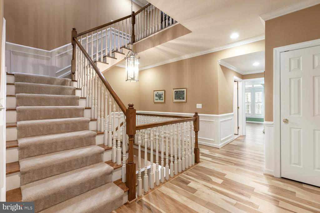 wide staircase to upper levels - 47643 PAULSEN SQ, STERLING
