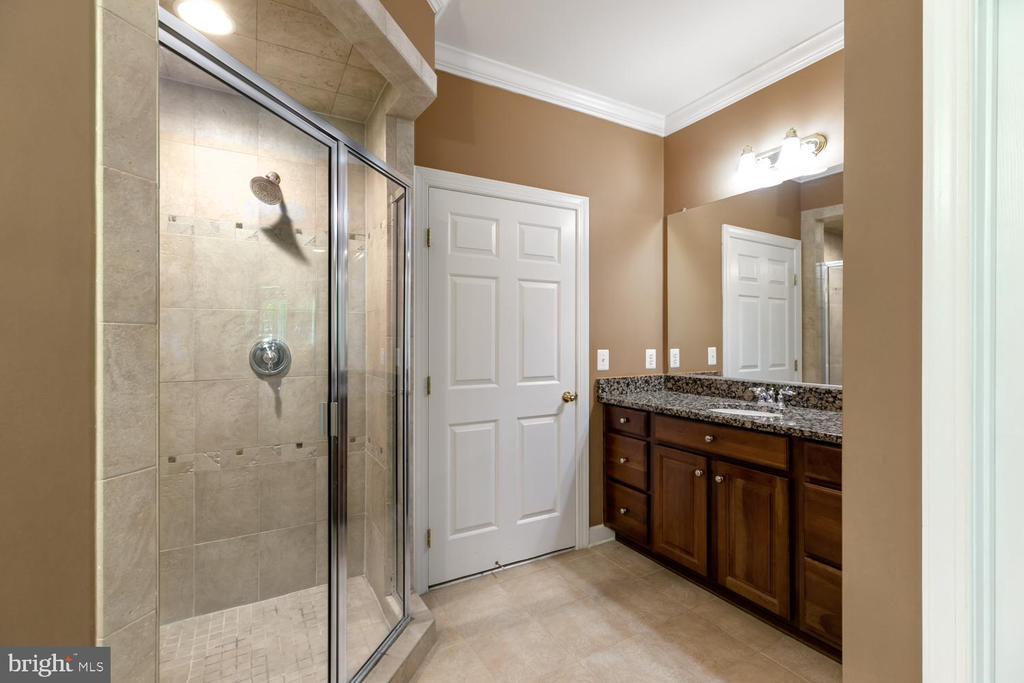 Master bath, 2 sink areas - 47643 PAULSEN SQ, STERLING