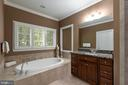 Large soaking tub and separate shower - 47643 PAULSEN SQ, STERLING
