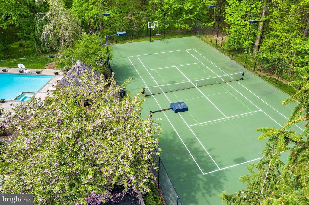 Private Lighted Tennis Court - 106 FALCON RIDGE RD, GREAT FALLS