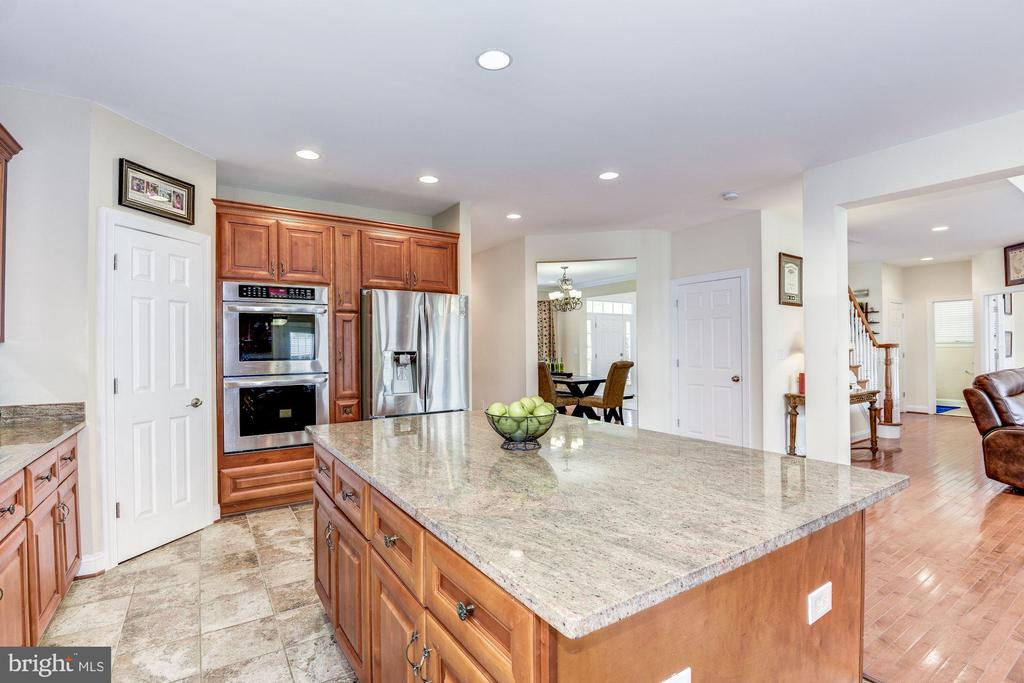 Huge island with drawers and cupboards - 43345 NICKLAUS LN, CHANTILLY