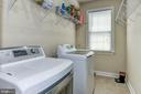 Spacious laundry room by kitchen - 43345 NICKLAUS LN, CHANTILLY