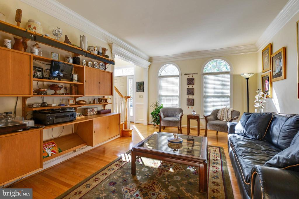 Bright and Inviting Living Room - 8237 GALLERY CT, MONTGOMERY VILLAGE