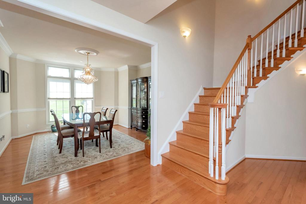 Curved staircase adds character - 26515 PENNFIELDS DR, ORANGE