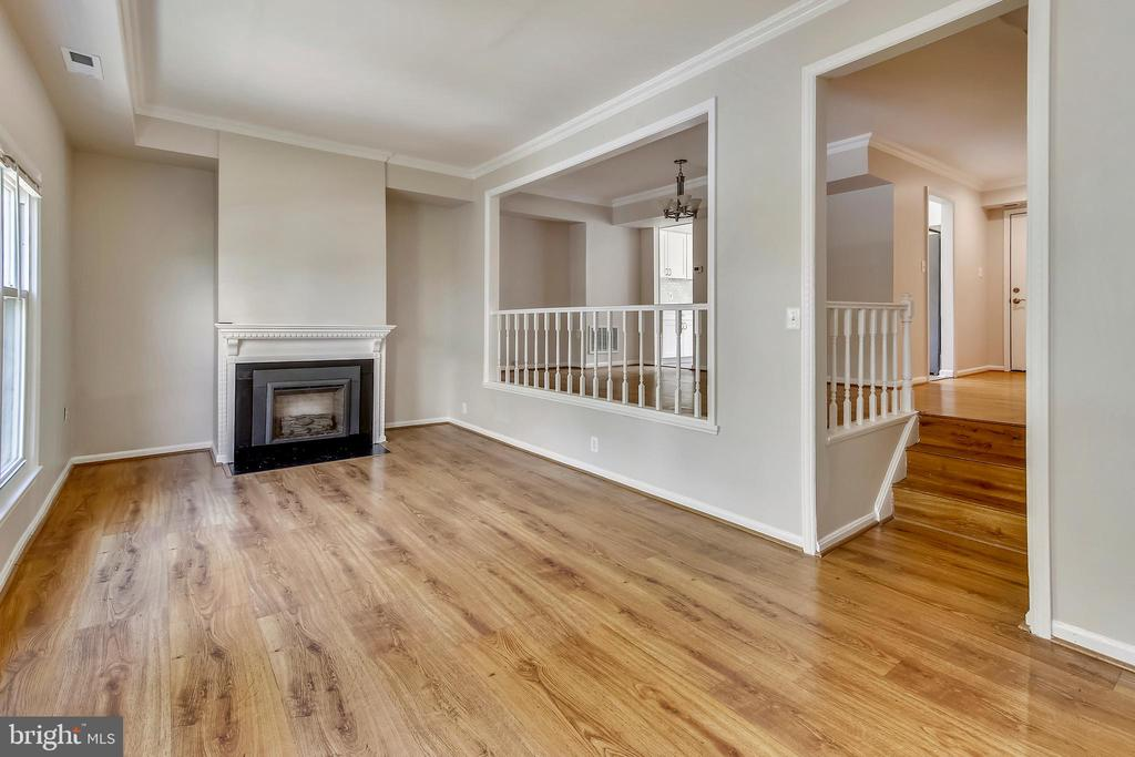Souring Ceiling in Living Rm, crown molding - 9130 BOBWHITE CIR, GAITHERSBURG