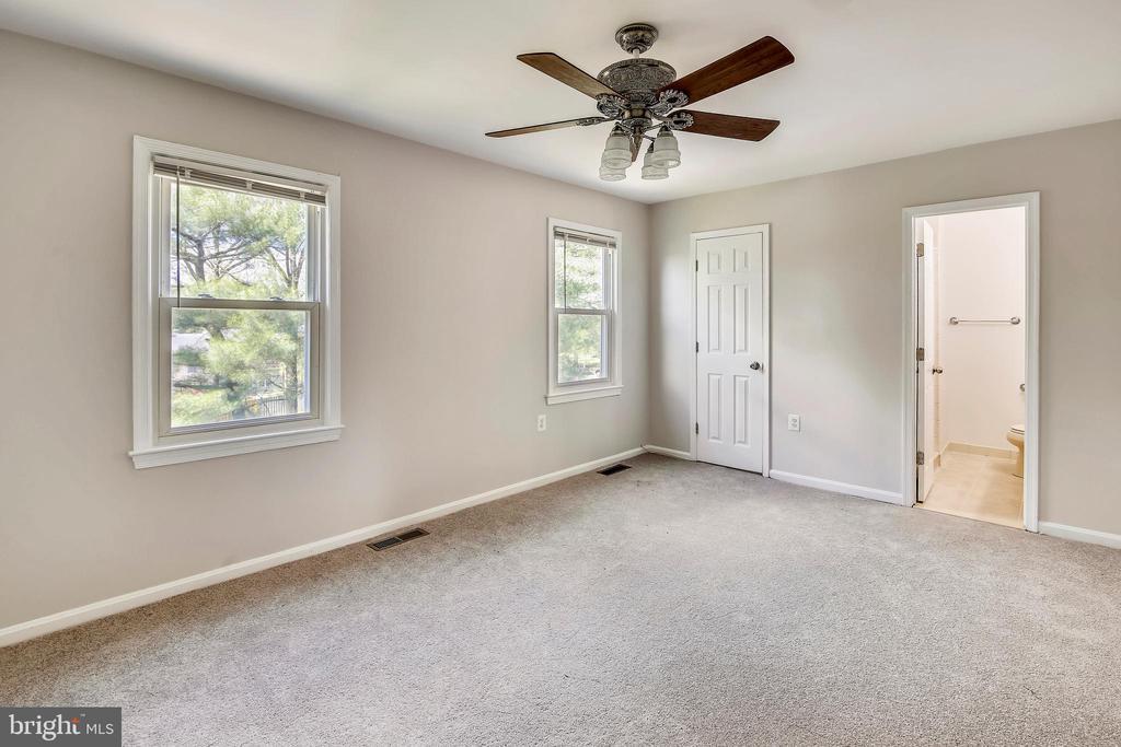 Master bedroom w/private bath - 9130 BOBWHITE CIR, GAITHERSBURG