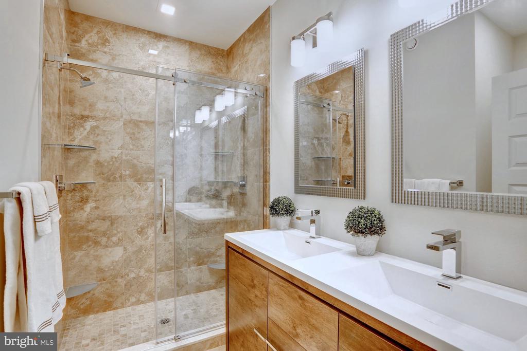 Master bedroom en suite - 525 MONTANA AVE NE #B, WASHINGTON