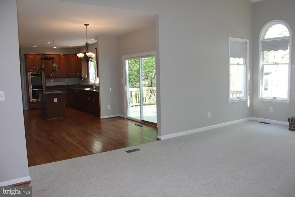 kitchen and family room - 47177 TIMBERLAND PL, POTOMAC FALLS