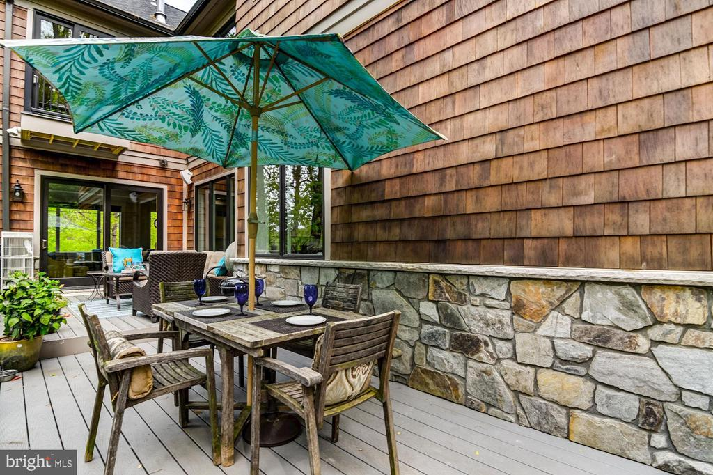 Lovely back two tiered deck extends living area - 5029 38TH ST N, ARLINGTON