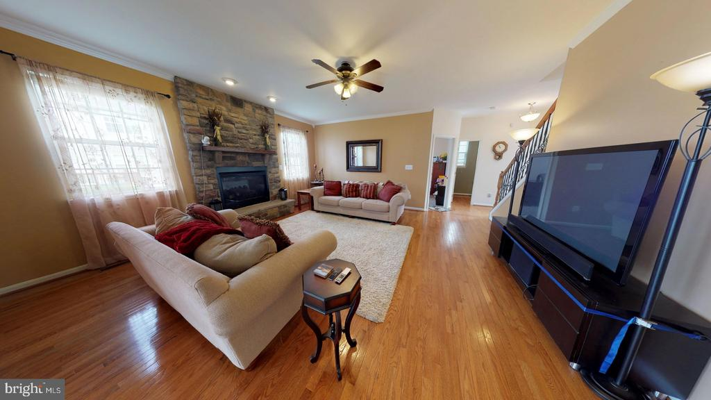Hardwood floors carry throughout the main level - 31 MINERAL SPRINGS, RANSON