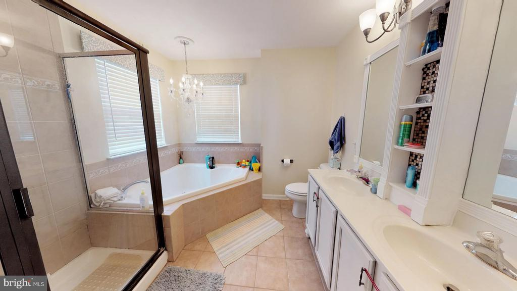 Tiled ensuite master bath with soaking tub - 31 MINERAL SPRINGS, RANSON