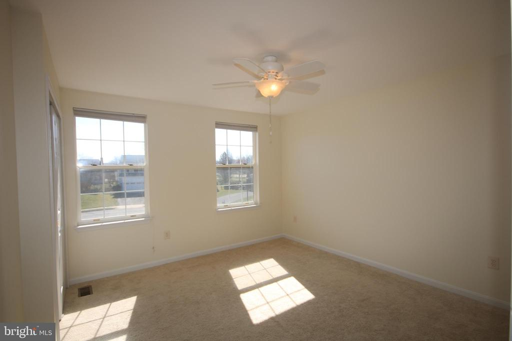 Sunny third bedroom on upper level - 612 KRISTIN CT SE, LEESBURG