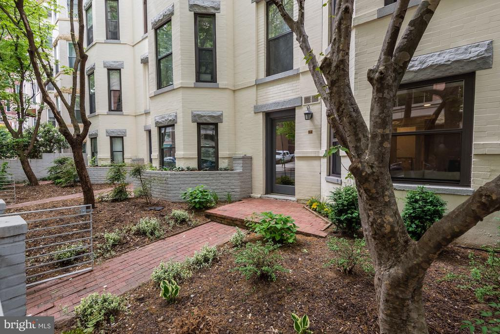 Exterior Front across from shopping - 1124 25TH ST NW #T2, WASHINGTON