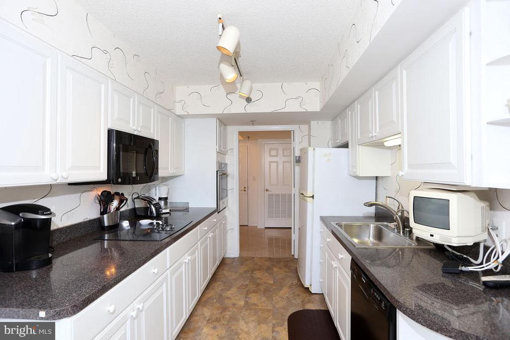 Well Maintained Kitchen. Additional Built-ins. - 5809 NICHOLSON LN #201, NORTH BETHESDA