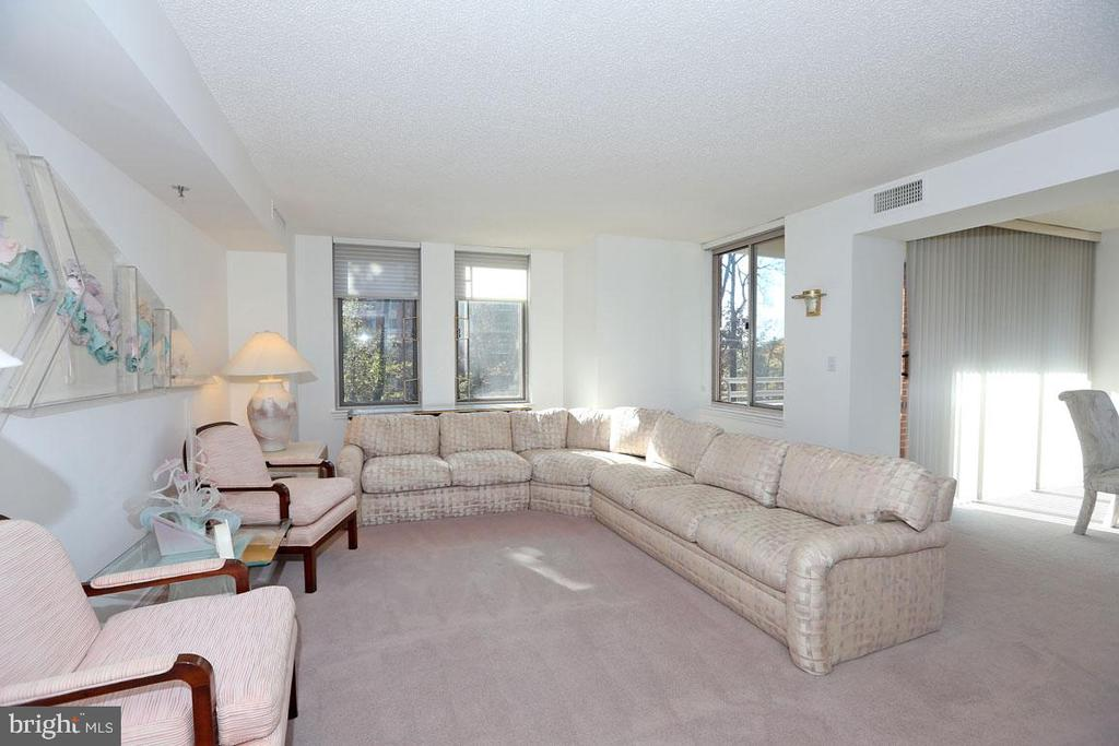 Sunlit Living Room - 5809 NICHOLSON LN #201, NORTH BETHESDA