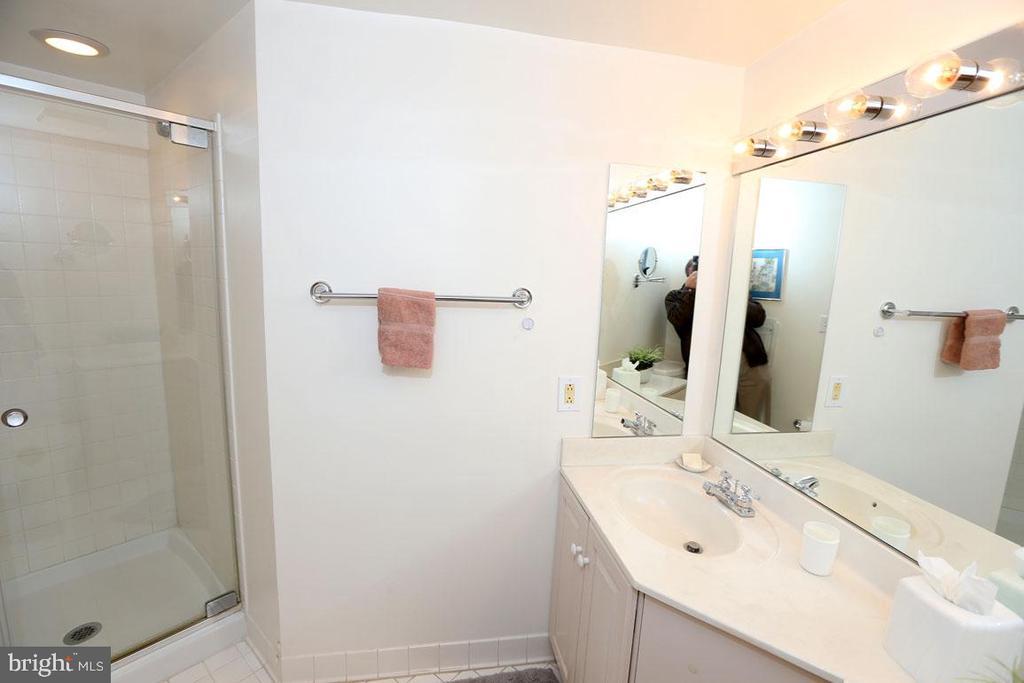 Guest Bath. Stall Shower - 5809 NICHOLSON LN #201, NORTH BETHESDA