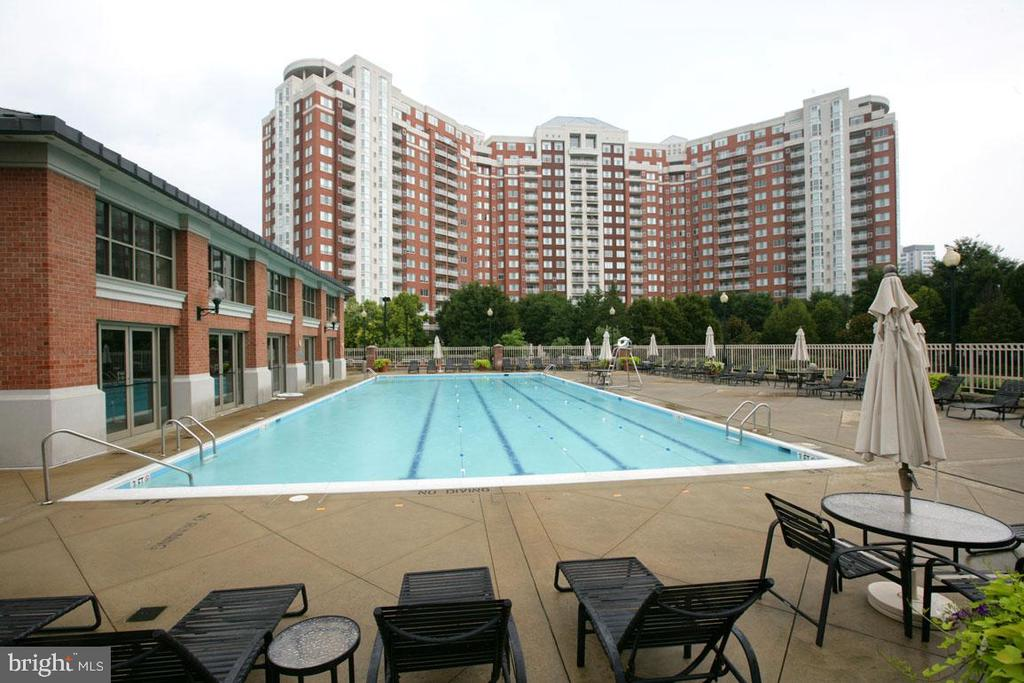 Recently upgraded and re-surfaced Outdoor Pool! - 5809 NICHOLSON LN #201, NORTH BETHESDA