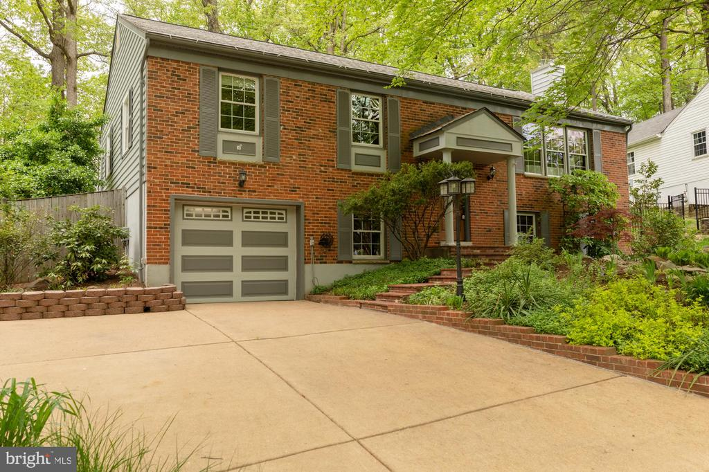 Front of home with extra space on the driveway - 9327 TOVITO DR, FAIRFAX
