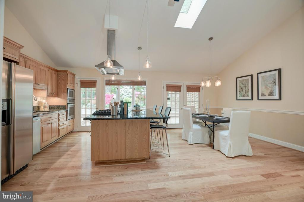 Dining and kitchen - 9327 TOVITO DR, FAIRFAX