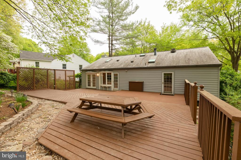 Deck area and rear of home - 9327 TOVITO DR, FAIRFAX