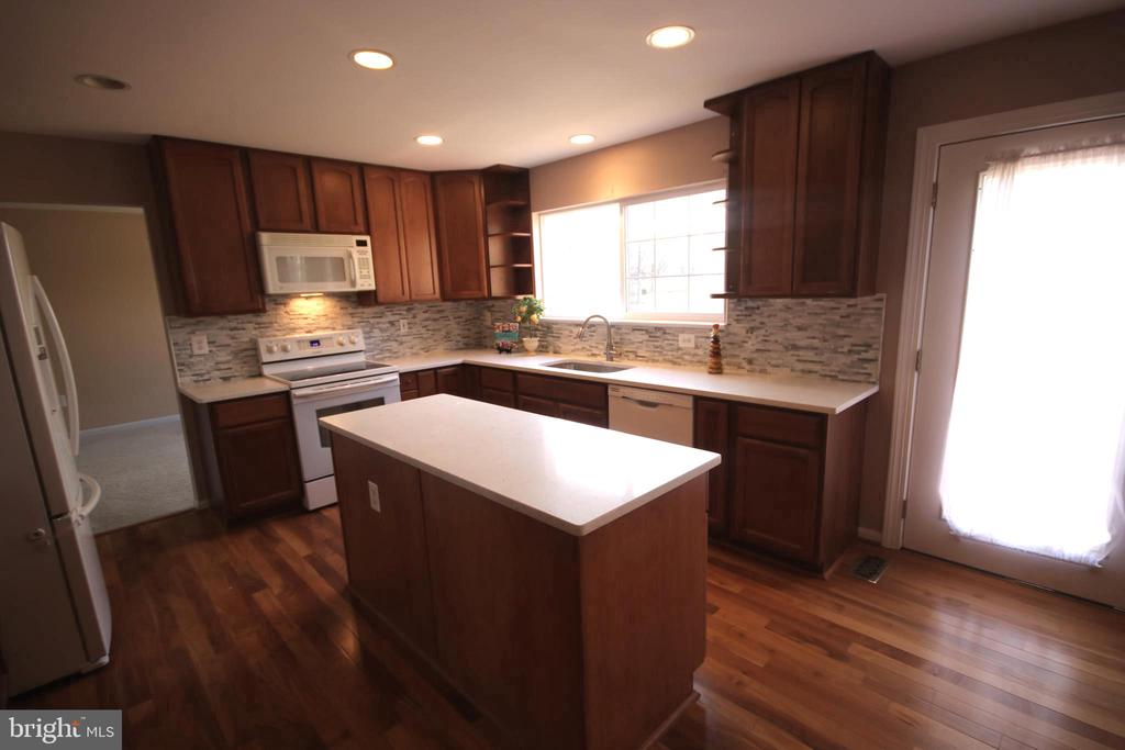 Center island is good size for projects & baking - 612 KRISTIN CT SE, LEESBURG