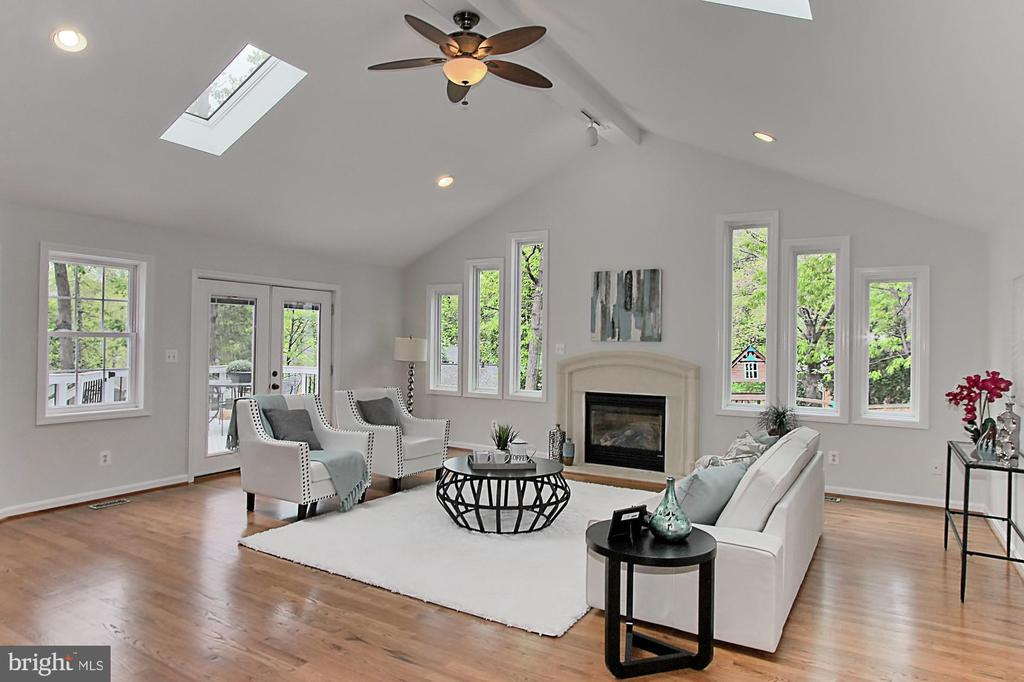 Sun filled family room - 4502 MULLEN LN, ANNANDALE