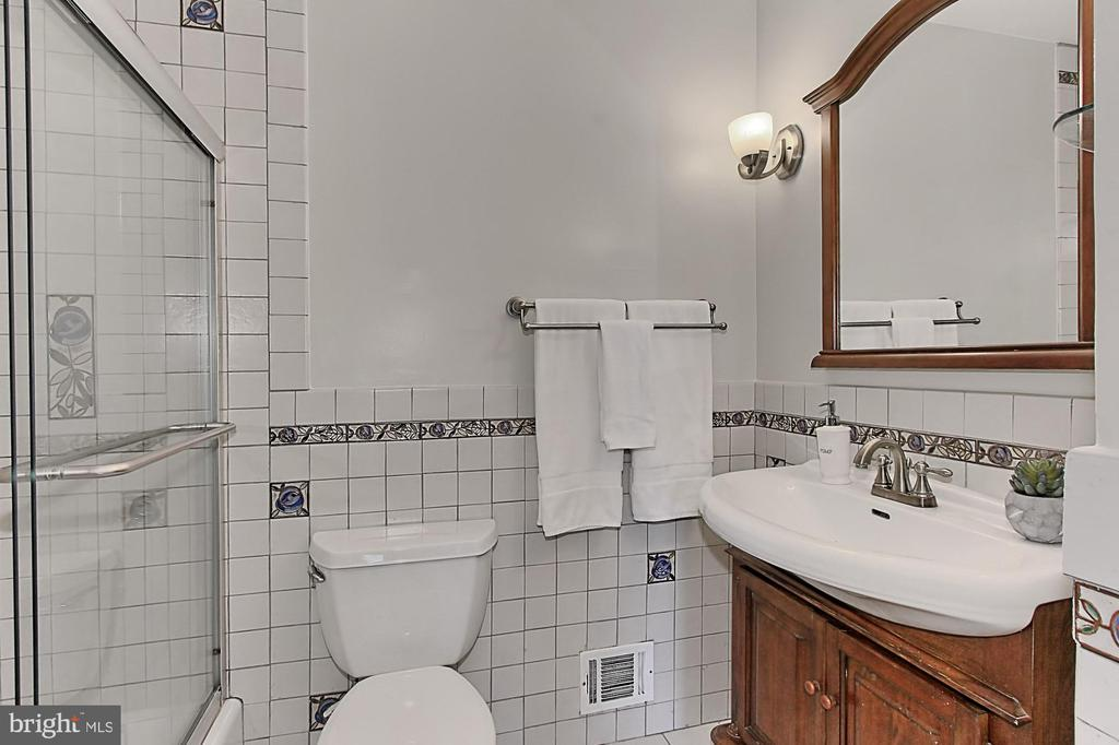 Hall bath - 4502 MULLEN LN, ANNANDALE
