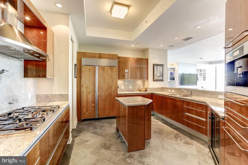 Pristine Kitchen with Island & Large Pantry - 1881 N NASH ST #1902, ARLINGTON