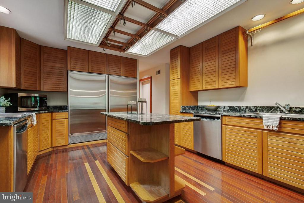 Chef's kitchen: Side-by-side Sub-Zero - 11220 HANDLEBAR RD, RESTON