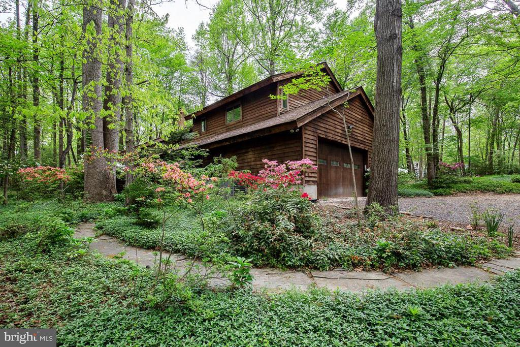 Custom contemporary on 0.98 acre - NOT Reston HOA - 11220 HANDLEBAR RD, RESTON