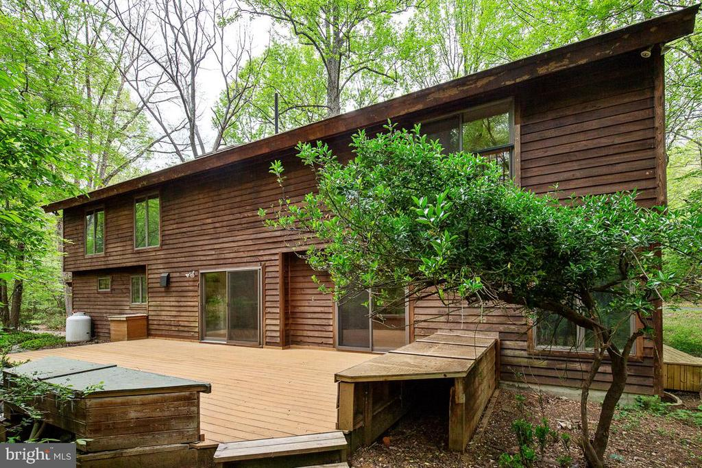 Expansive deck perfect for entertaining - 11220 HANDLEBAR RD, RESTON