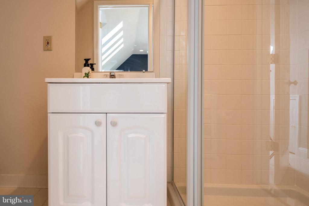 Guest apartment full bath. - 16 CORNWALL ST NE, LEESBURG