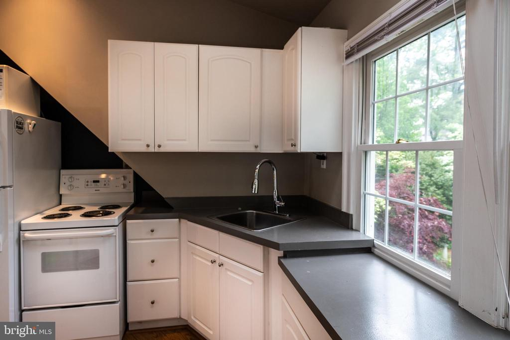 Guest apartment kitchen. - 16 CORNWALL ST NE, LEESBURG