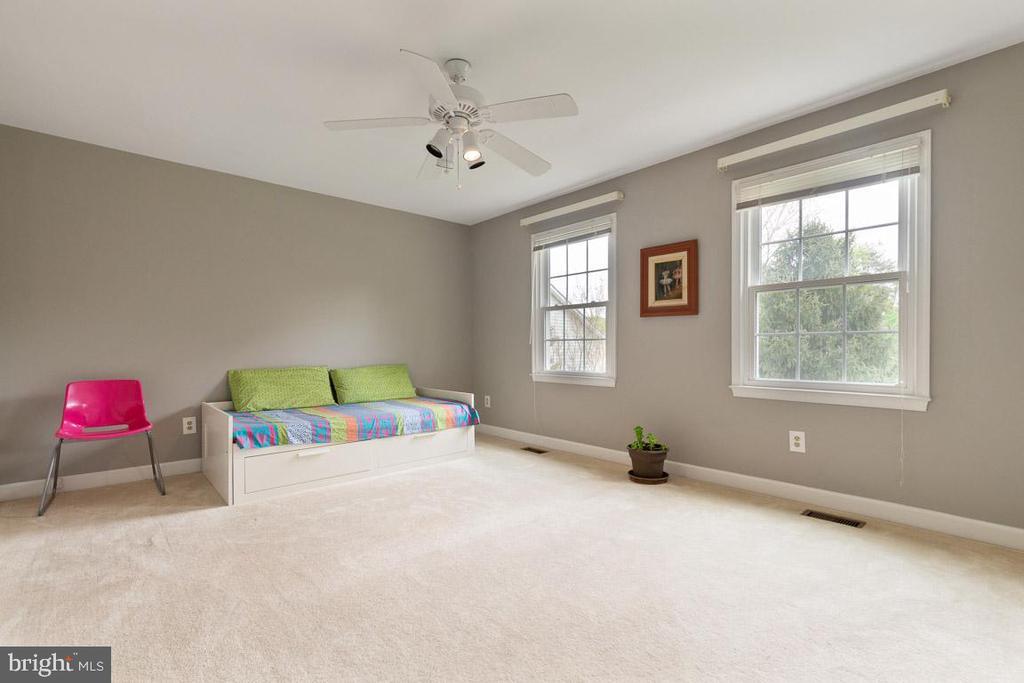 Bedroom 3 overlooks front yard - 12904 CHALKSTONE CT, FAIRFAX