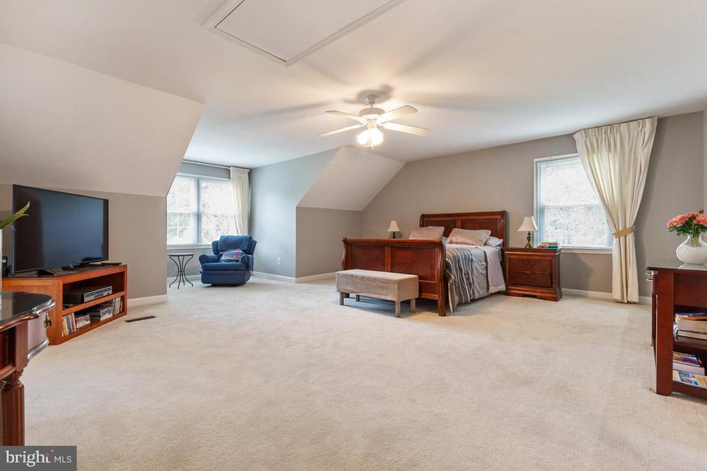 Spacious master bedroom complete with reading nook - 12904 CHALKSTONE CT, FAIRFAX