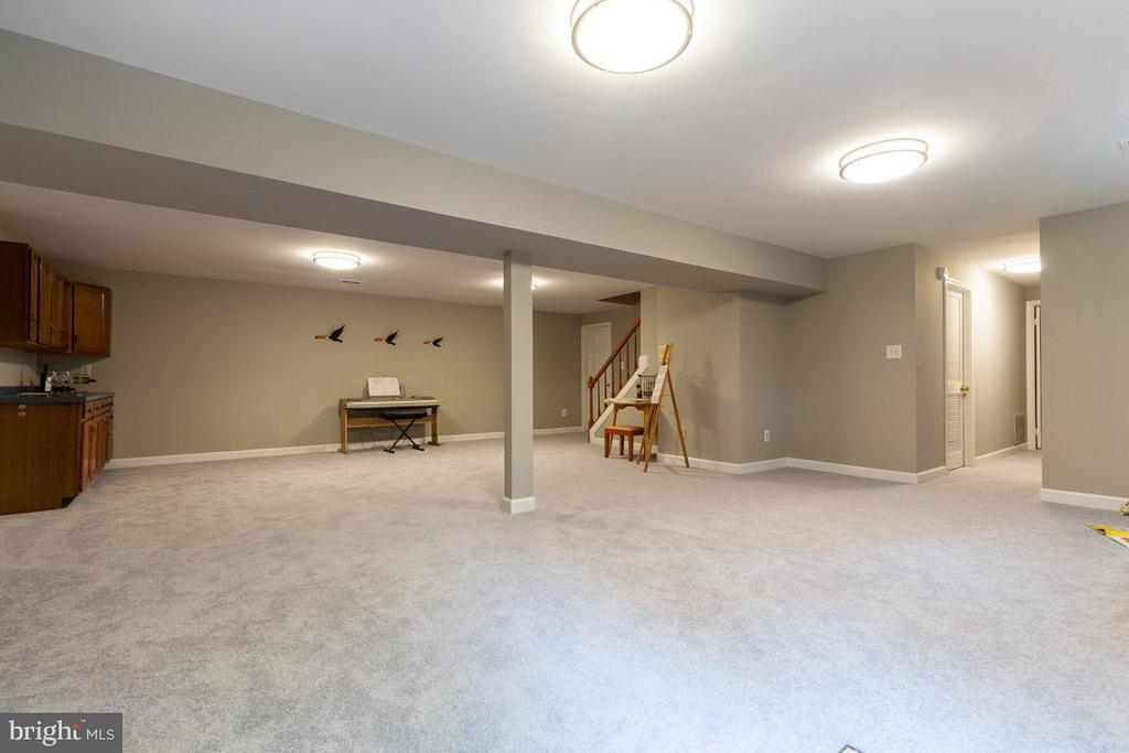 Perfect for movies, gaming, and hanging out - 12904 CHALKSTONE CT, FAIRFAX