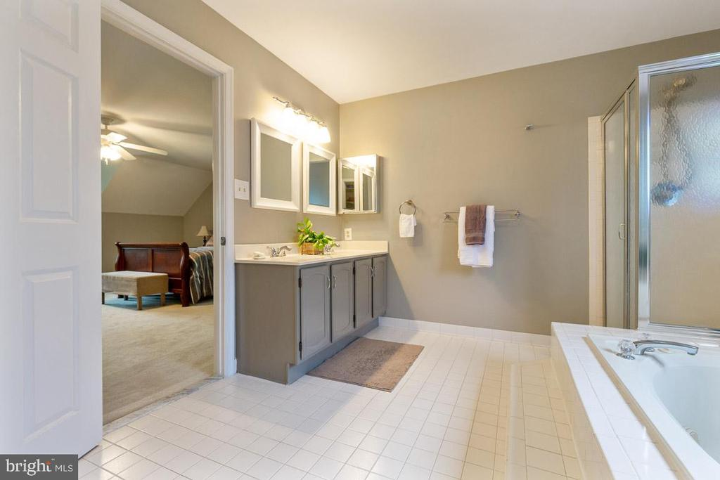 Huge master bathroom: Separate tub and shower - 12904 CHALKSTONE CT, FAIRFAX
