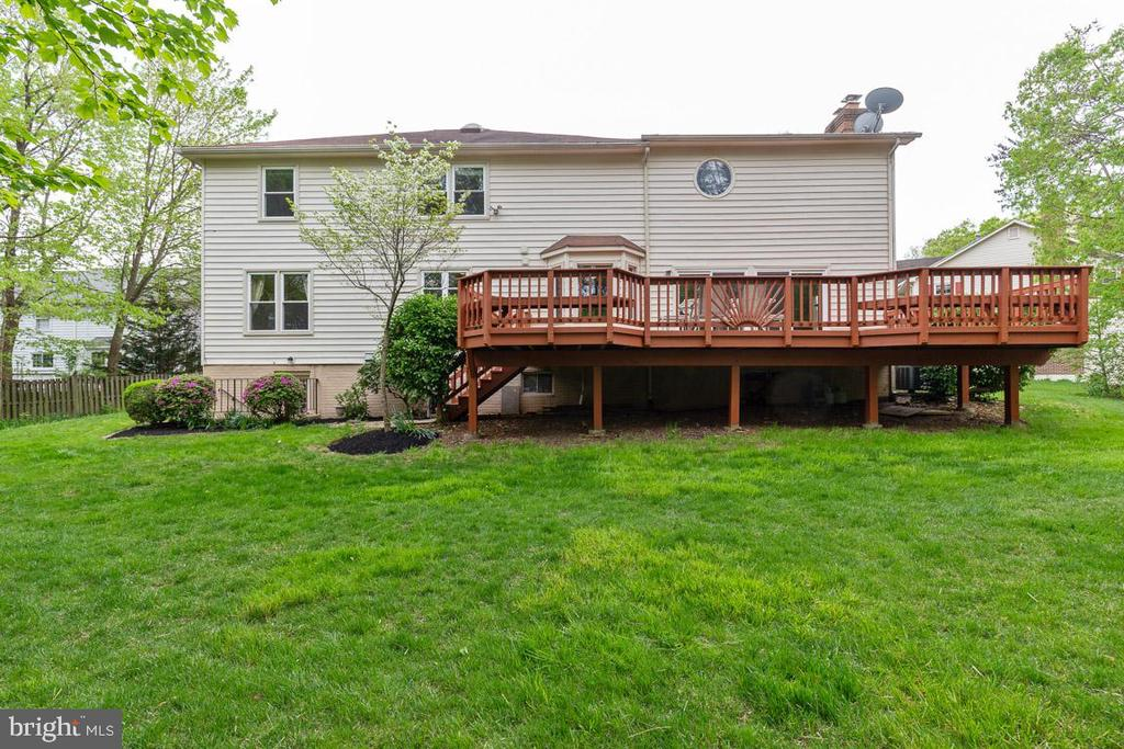 Walk up stairs and huge deck for entertaining - 12904 CHALKSTONE CT, FAIRFAX