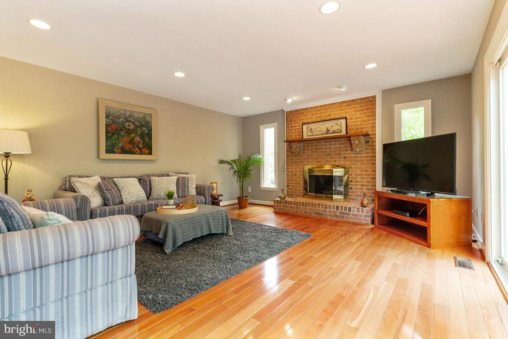 Cozy up to the fireplace - 12904 CHALKSTONE CT, FAIRFAX