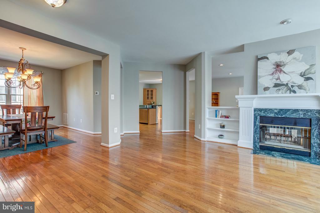 Open concept with gleaming hardwood floor. - 5429 CASTLE BAR LN, ALEXANDRIA