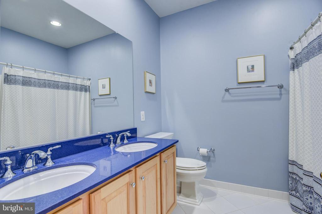 Upgraded tile, faucets & solid surface counters - 7428 SPRING SUMMIT RD, SPRINGFIELD