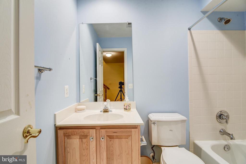 Lower level full bath - 7428 SPRING SUMMIT RD, SPRINGFIELD