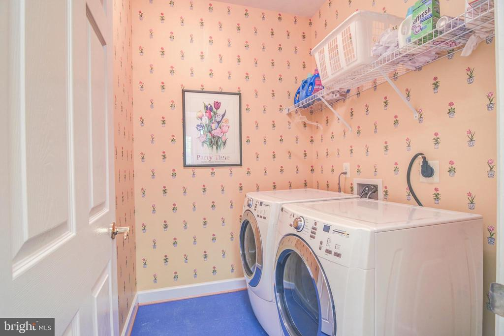 Main floor laundry room * Washer & Dryer convey - 7428 SPRING SUMMIT RD, SPRINGFIELD
