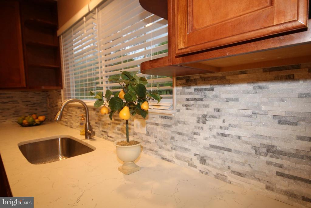 Contemporary backsplash - 612 KRISTIN CT SE, LEESBURG
