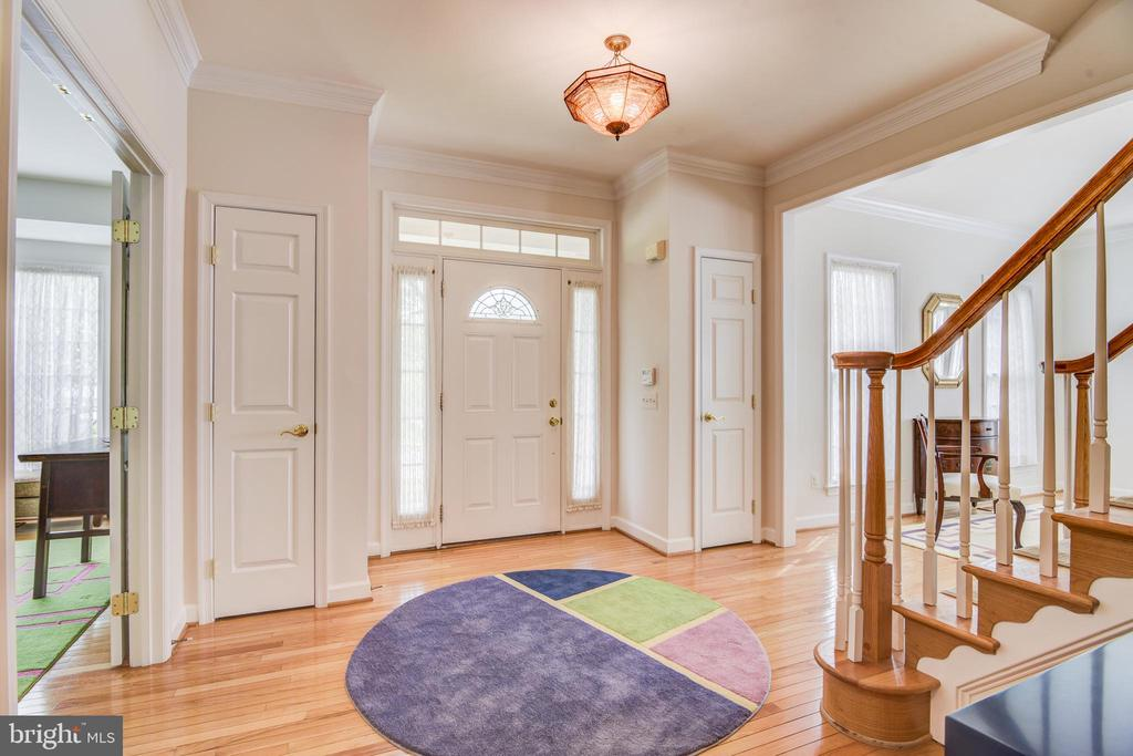 Large foyer with 2 coat closets - 7428 SPRING SUMMIT RD, SPRINGFIELD