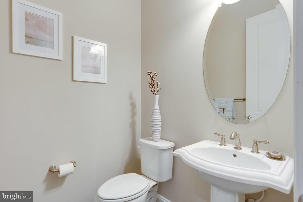 Powder room on main level - 17123 BELLE ISLE DR, DUMFRIES