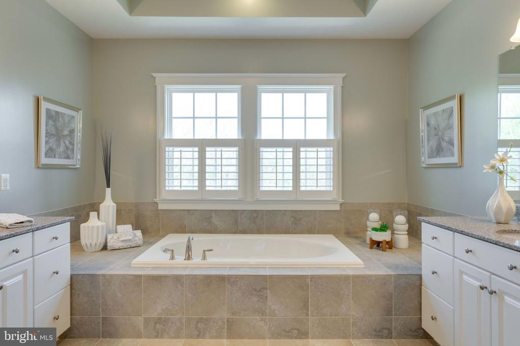 Dual vanities & soaking tub - 17123 BELLE ISLE DR, DUMFRIES