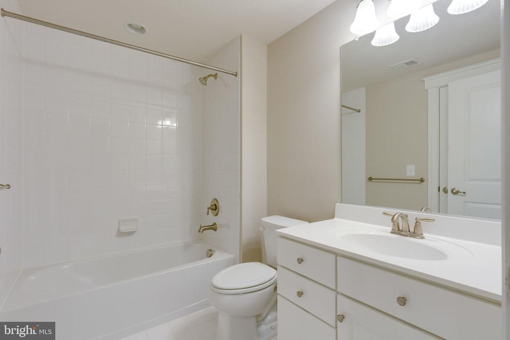 En-suite w/dual entrance - 17123 BELLE ISLE DR, DUMFRIES