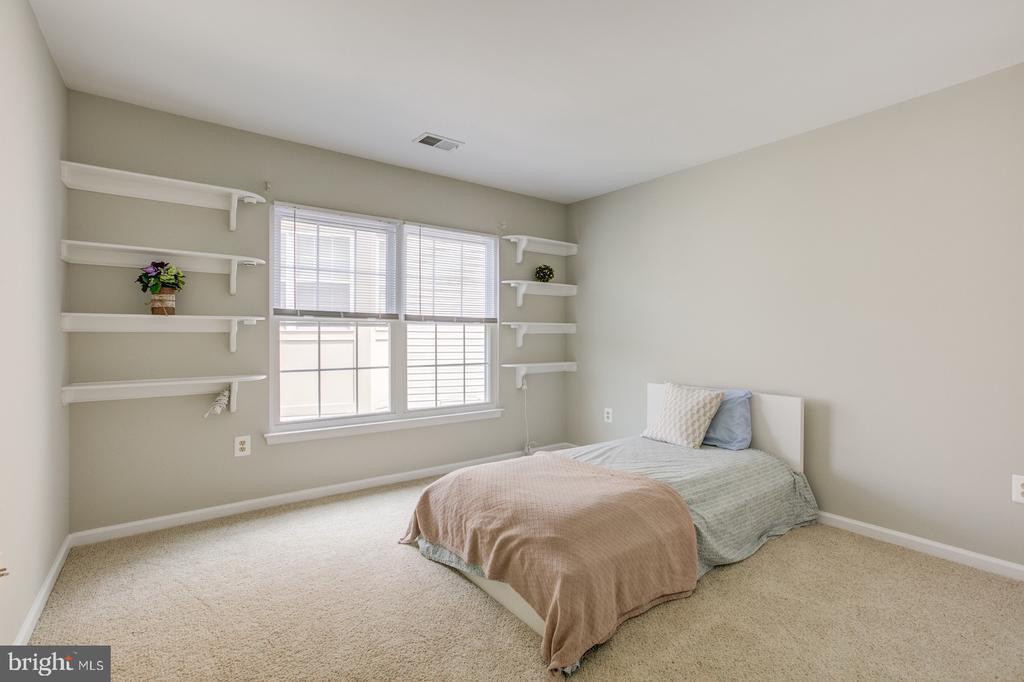 Built in shelving in third bedroom - 5429 CASTLE BAR LN, ALEXANDRIA