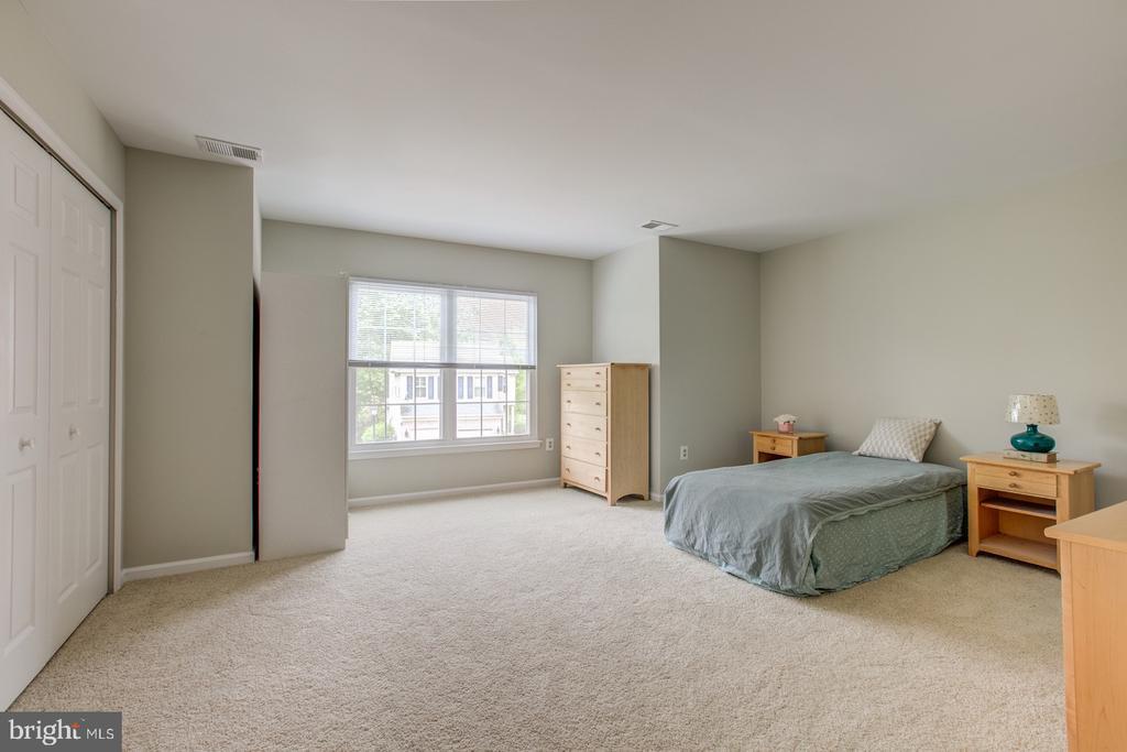 Oversized second bedroom - 5429 CASTLE BAR LN, ALEXANDRIA